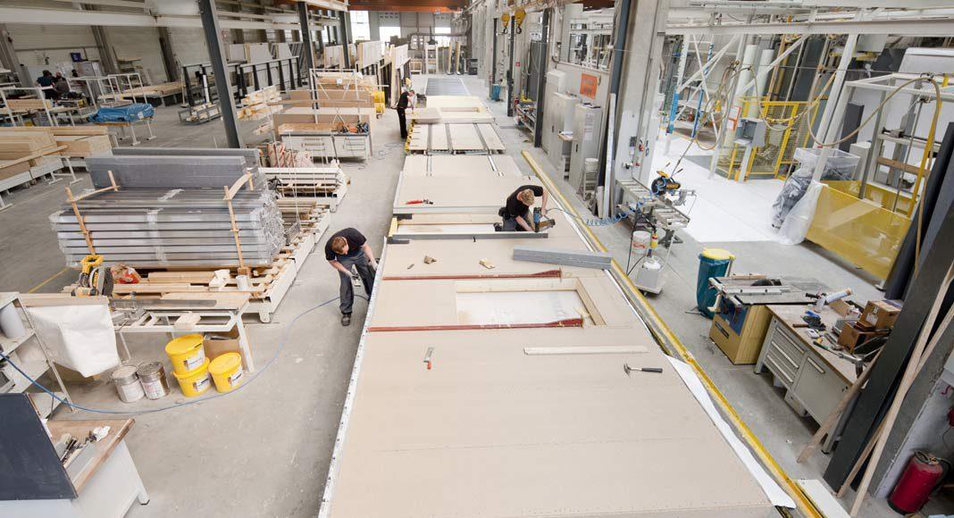 Die Wände werden in den Werkshallen komplett verkleidet und geschlossen.