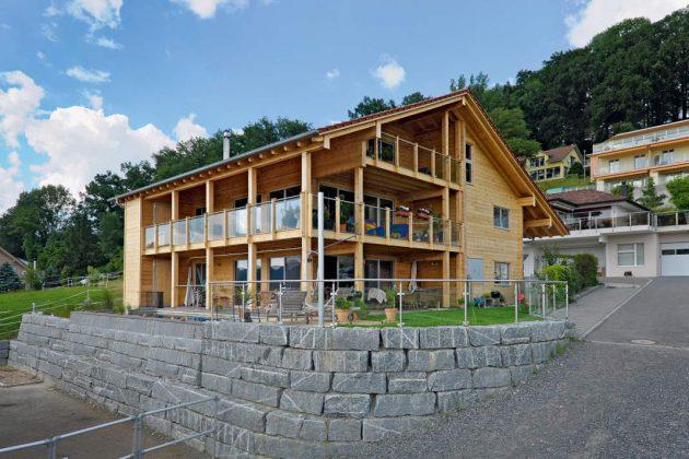 Drei Wohnungen sowie eine Gewerbeeinheit in Form einer Praxis stecken in dem Massivholzhaus.