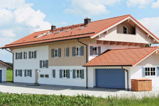 Das Vierfamilienhaus erinnert an einen traditionellen oberbayrischen Langhof.