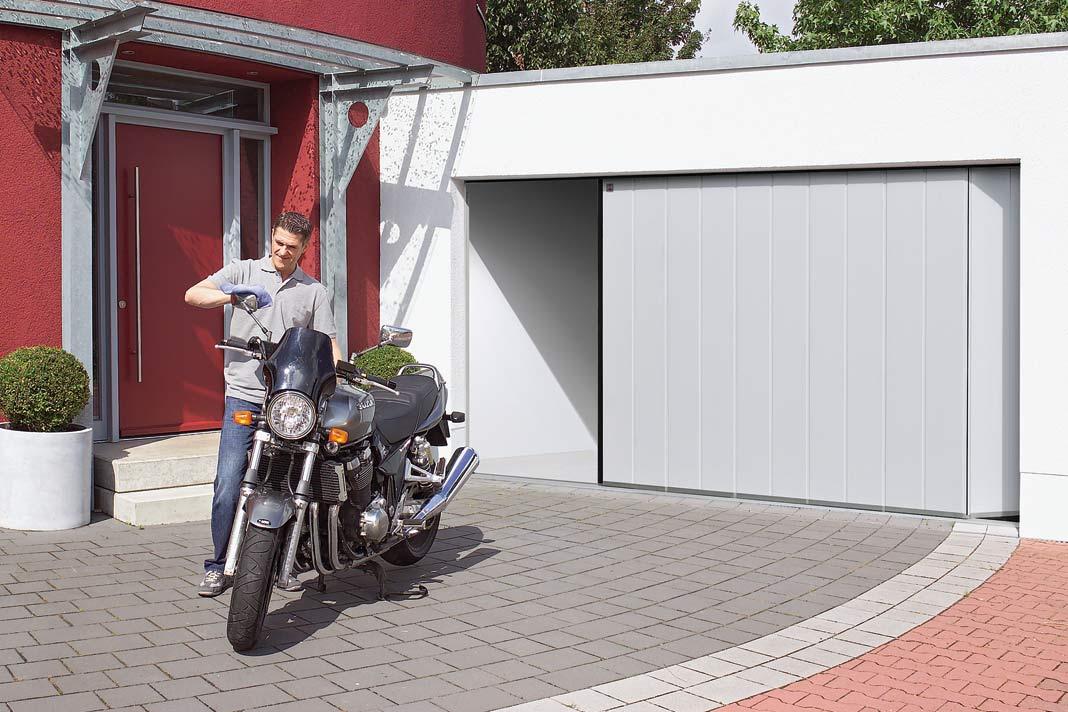 Das Seiten-Sectionaltor lässt die Decke frei und ermöglicht, zum Beispiel zum Herausholen des Motorrads, das Tor nur einen Spalt zu öffnen.