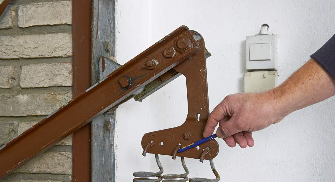 Bricht eine Feder, muss die zweite das gesamte Gewicht des Tores tragen.
