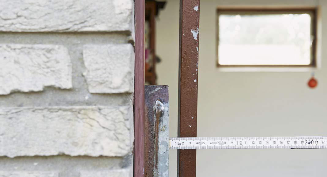 Bei einem zu geringen Sicherheitsabstand zur Zarge besteht erhebliche Einklemmgefahr.
