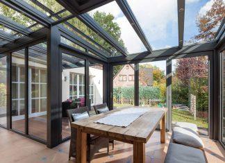 Bei gutem Wetter lässt sich die Glaswand des Wintergarten einfach zur Seite schieben. Foto: Solarlux