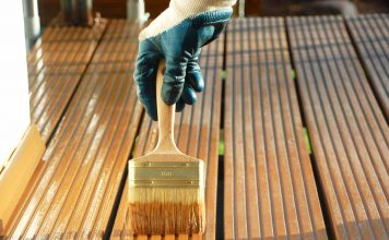 Die Terrasse aus Holz mit natürlichen Holzölen pflegen. Foto: natural-farben.de