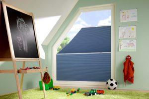 Ein Wabenplissee schützt auf dekorative Art vor Sonne, Einblicken und zu viel sommerlicher Hitze. Foto: Duette