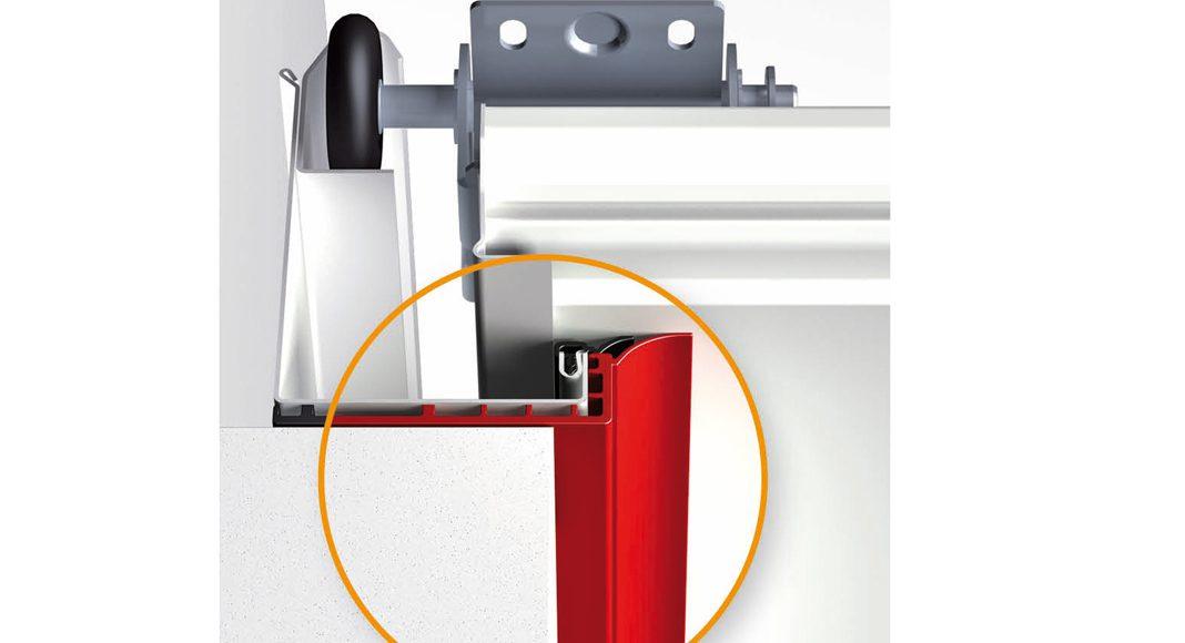 Das zusammen mit der Torzarge einfach zu montierende schwarze Kunststoff-Profil sorgt für die thermische Trennung von Zarge und Mauerwerk und verbessert die Dämmung um bis zu 15 %. Foto: Hörmann