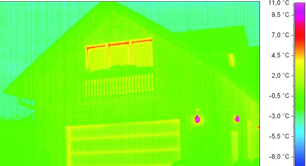 Immer dann, wenn die Garage im Haus integriert ist, empfiehlt sich ein gut gedämmtes Garagentor. Mit dem Hörmann ThermoFrame lässt sich die ohnehin gute Dämmeigenschaft des LPU Tores verbessern. Foto: Hörmann