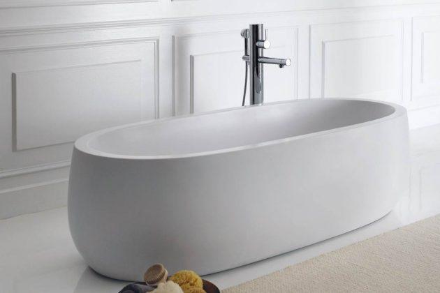 """Der breite Wannenrand und die nahtlose Formensprache geben der Badewanne """"Il Bagno Alessi One"""" ihre imposante Optik."""