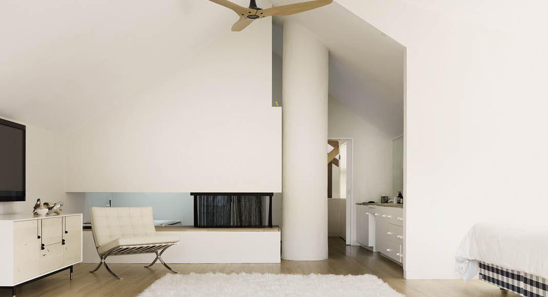 Unter den Dachschrägen befindet sich das Master-Schlafzimmer mit integriertem Bad