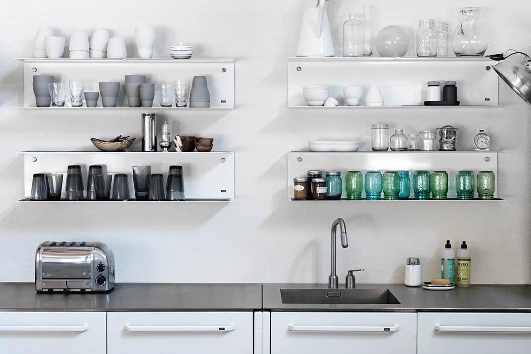 Für die notwendigen Farbtupfer in der Küche sorgen die bunten Gläser und dekorativen Keramikteile.