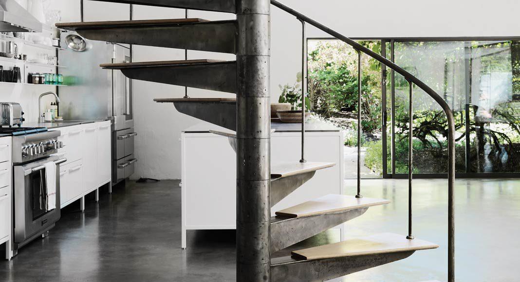 Die Wendeltreppe aus Stahl und Holz bildet einen Blickfang in dem loftartigen Erdgeschoss.