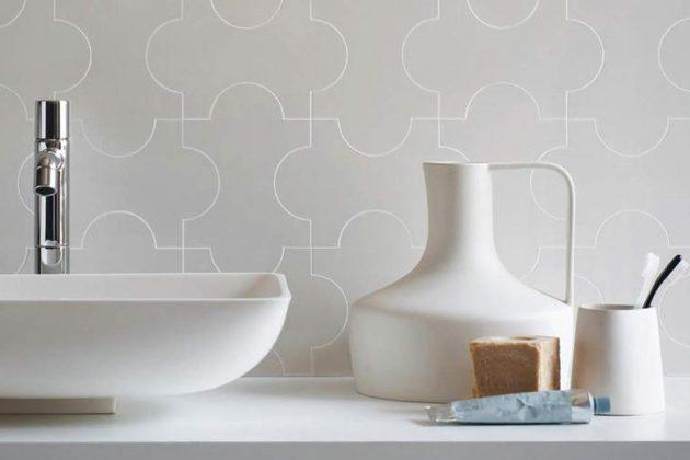 """Wand mit der Serie """"Triennale""""."""