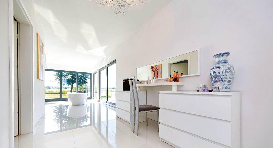 Weiße Wände, weiße Böden, weiße Möbel.