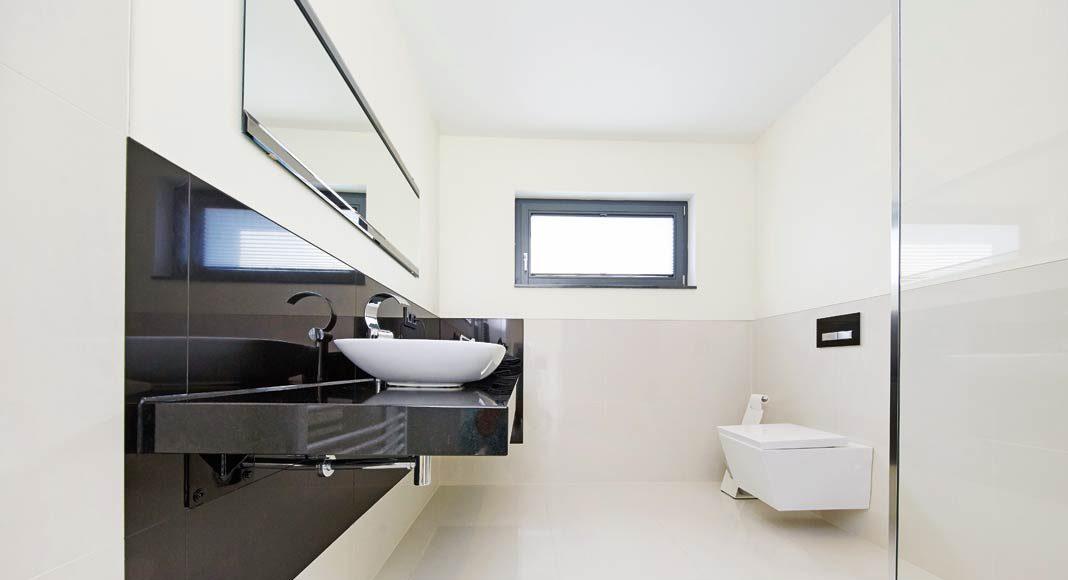 Klare Linien und modernes Design dominieren auch den Badbereich.