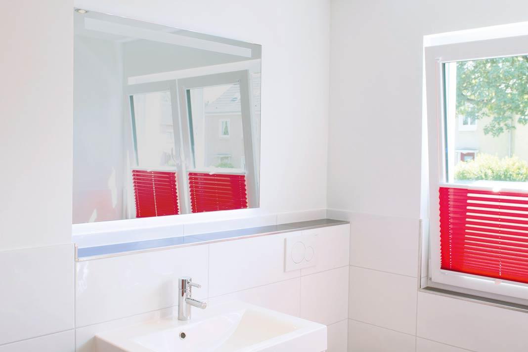 Ein Lichtspiegel am Waschtisch wurde für gutes Schminklicht installiert.