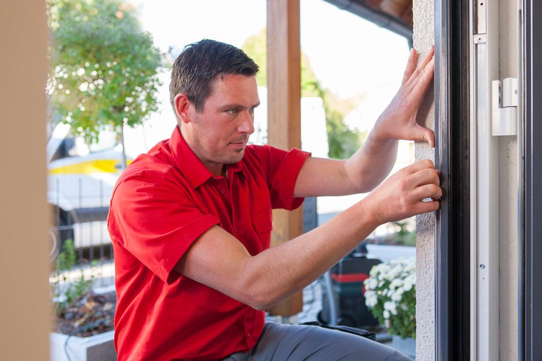 Mithilfe des speziellen perfecta-Montagesystems ist ein Haustürwechsel im Handumdrehen erledigt, ohne Dreck oder Verputzarbeiten. Foto: Perfecta