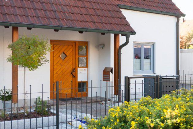Die alte Haustür ist kein schöner Anblick und bezüglich Wärmeschutz und Sicherheit wenig überzeugend. Foto: Perfecta