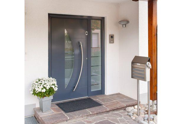 Die schicke neue Haustür verleiht dem ganzen Eingangsbereich einen modernen Charakter.