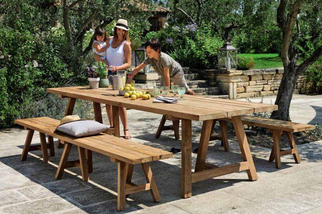 """Gartentisch """"Tecka"""" aus Teakholz schafft eine gemütliche Atmosphäre mit seiner Platte aus alten Leisten und der sichtbaren Holzmaserung."""