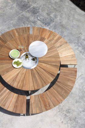 """""""Onyx"""", eine runde Sache aus recyceltem Teakholz, bestehend aus Gartentisch und abgerundeten Bänken."""