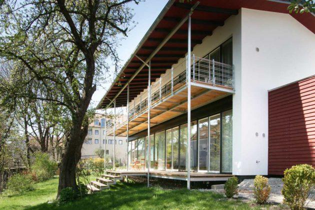 Holzgedeckte Terrassen bzw. Balkone erweitern die Wohnräume auf beiden Geschossen nach Süden.