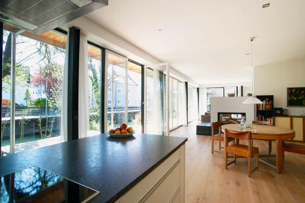 Der Küchen-, Ess- und Wohnbereich.