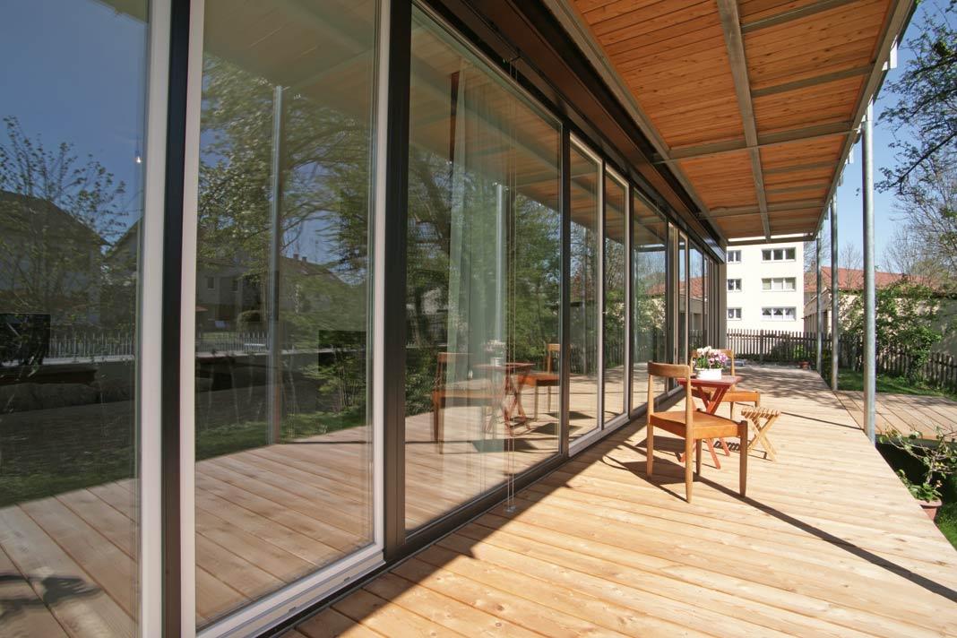 Schiebetüren ermöglichen einen ebenerdigen Zugang zur Terrasse.
