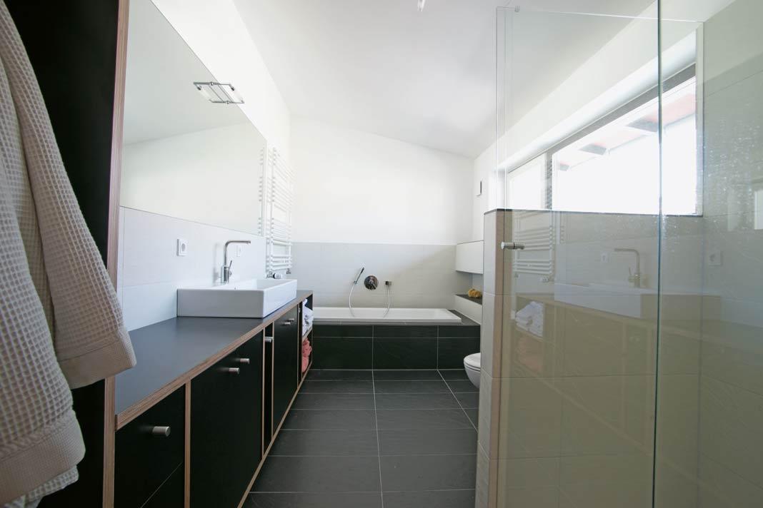 Geradlinigkeit und eine Schwarz-Weiß-Komposition prägen das Bad.