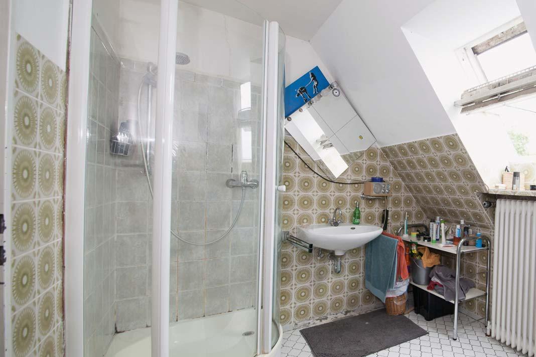 """Eine geräumige Badewanne, eine halbrunde Dusche und vor allem viel Platz. Doch optisch etwas """"in die Jahre gekommen""""."""