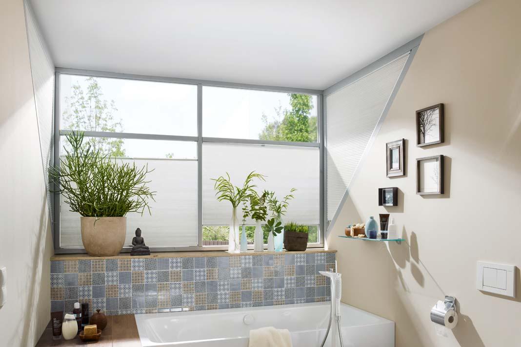 Die Wabenplissees lassen sich ganz nach Wunsch positio nieren, lassen dadurch viel Licht herein und können auch ungewöhnliche Fensterformen bekleiden.