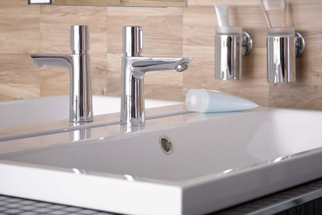 Statt mit dem herkömmlichen Hebelgriff wird die Waschtischarmatur durch Drücken des Knopfes bedient.