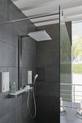 Die designprämierte großflächige Kopfbrause lässt Duschen zum sinnlichen Luxusgefühl werden.