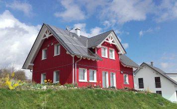 Während viele Planer und Architekten das Haus als Kraftwerk der Zukunft sehen, das sich und die Allgemeinheit mit Solarstrom versorgen soll, setzen einige lieber auf das Sonnenhaus.