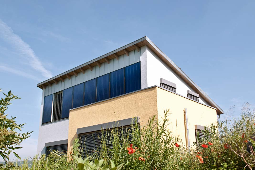 Fassadenkollektoren fangen die Energie der tief stehenden Wintersonne.