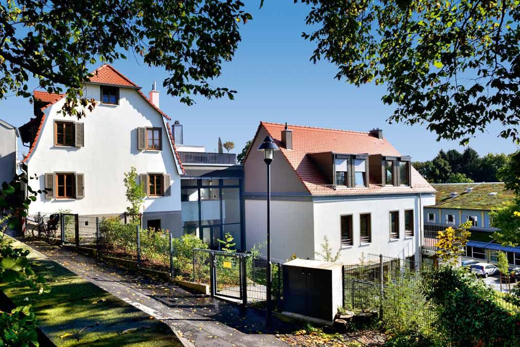 Die Erweiterung des historischen Hauses, über beide Geschosse verglast, trägt die Dachterrasse.