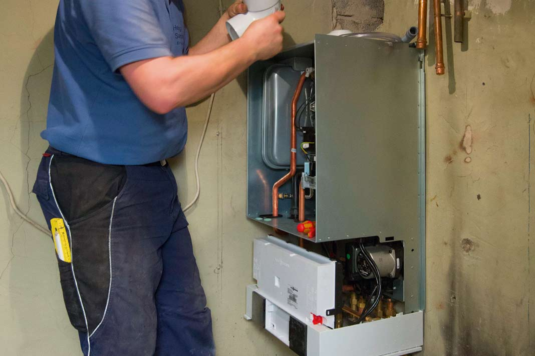 Der Austausch eines alten Wärmeerzeugers gegen ein modernes Brennwertgerät ist meist in einem, spätestens in zwei Tagen erledigt.