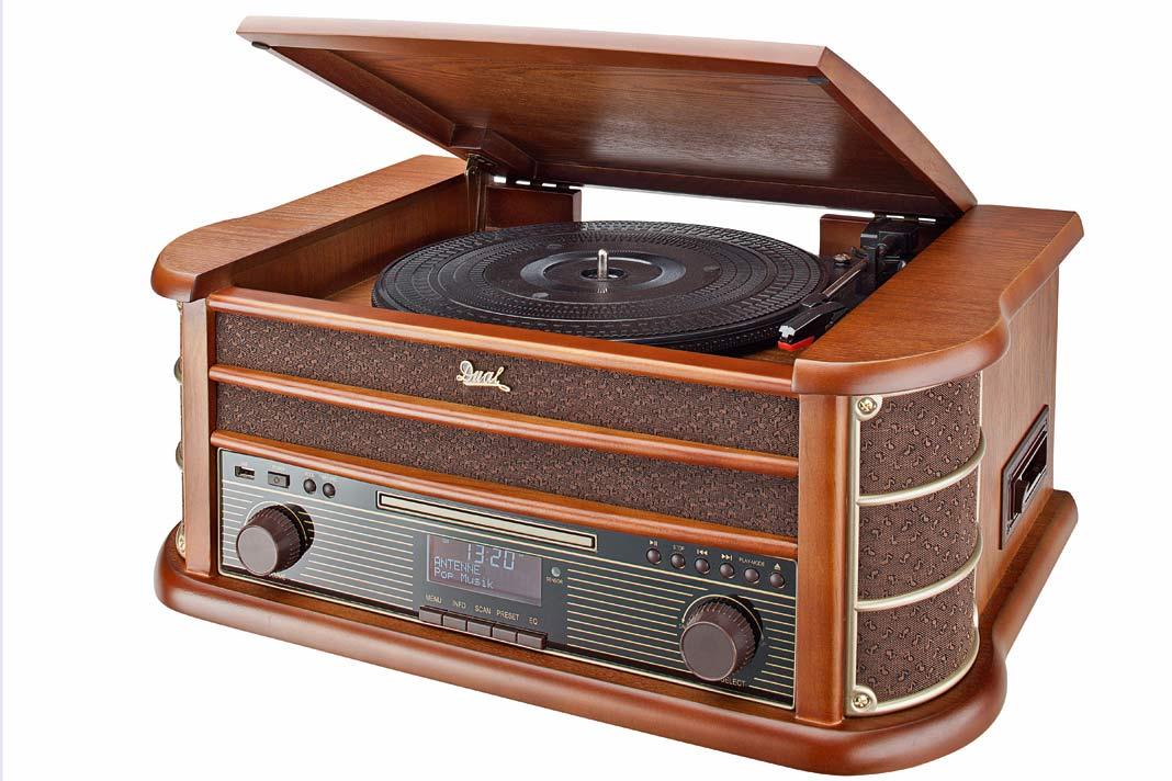 Gerät mit Plattenspieler, Kassettendeck, CD-Player sowie Empfänger für digitale und analoge Radiosender.