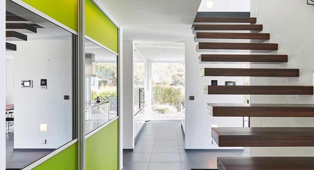 Die Kragarmtreppe ins Obergeschoss mit ihren Massivholzstufen.