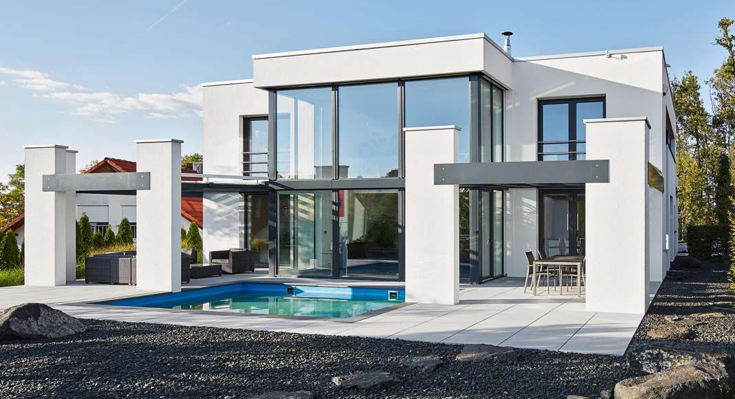 Es ist ein Eyecatcher, das erste Haus im Baugebiet mit Flachdach und in klassisch-moderner Formensprache.