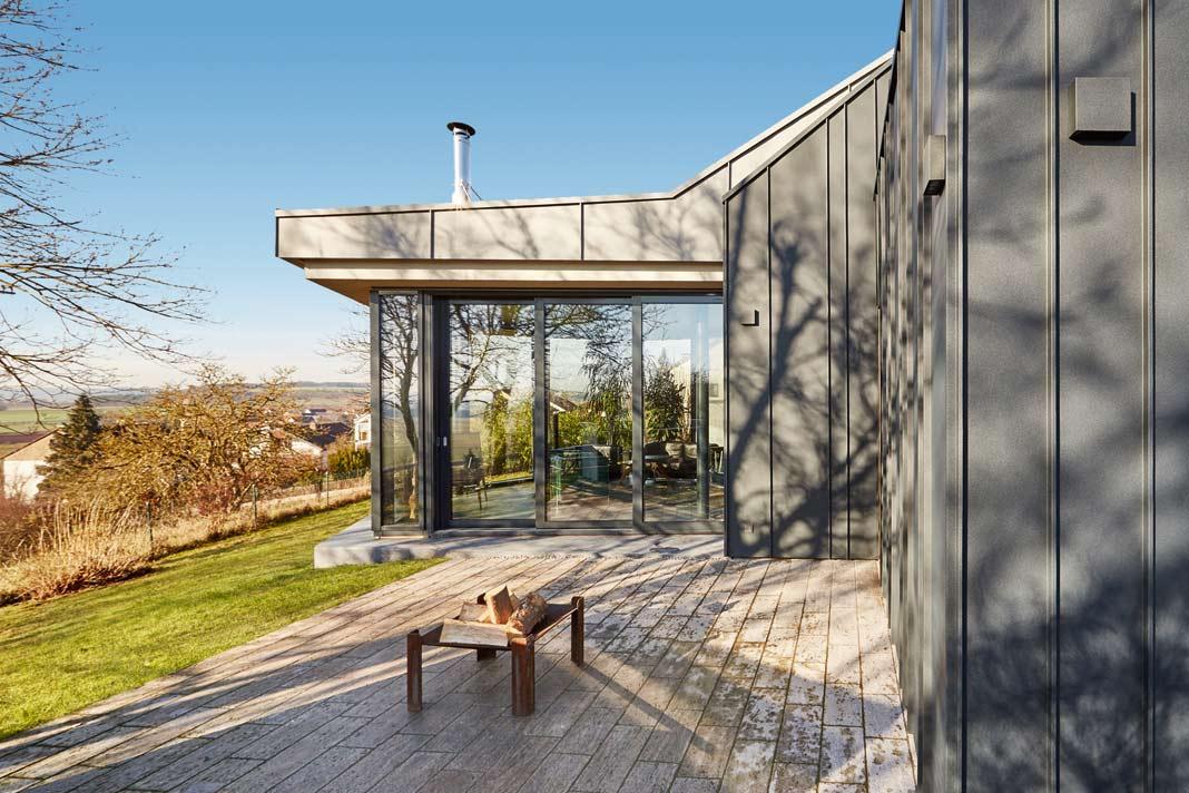 Für die Terrasse wurden Beton-Fertigteile mit Pigmenteinstreuung verwendet.