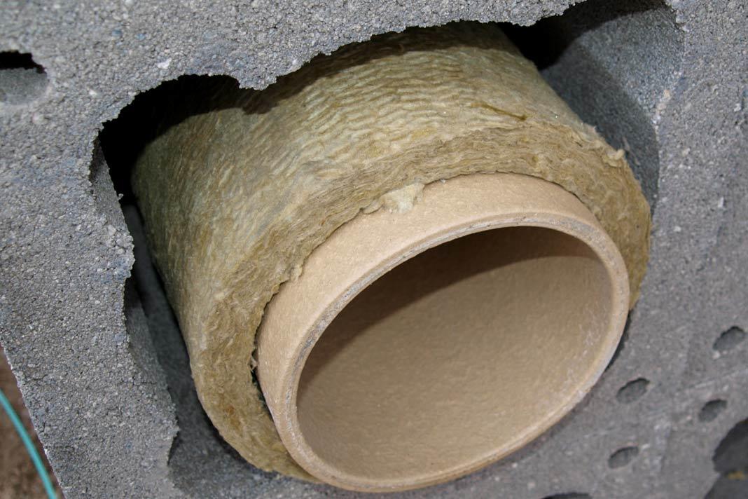 mit Mineralwolle gedämmtes Keramikrohr im Mantelstein aus Leichtbeton.
