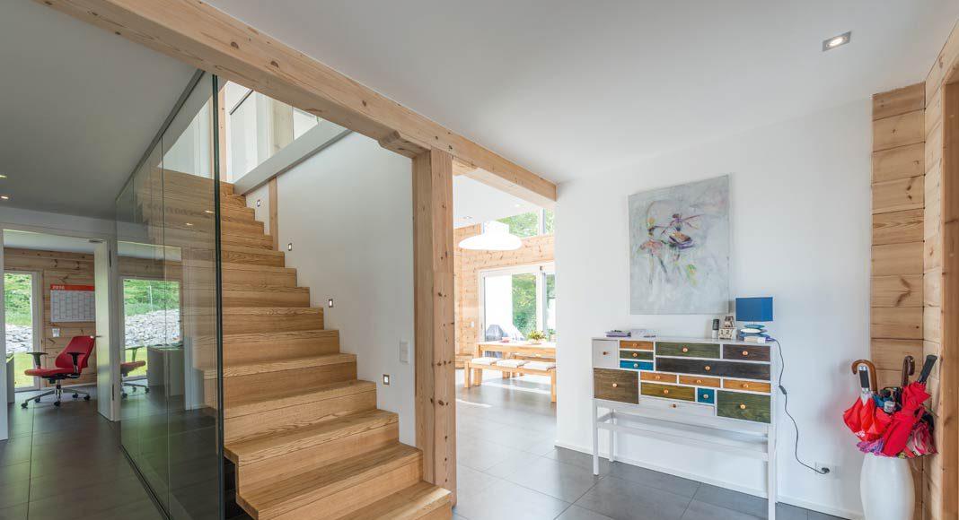 Eine einläufige Holztreppe schafft die Verbindung.