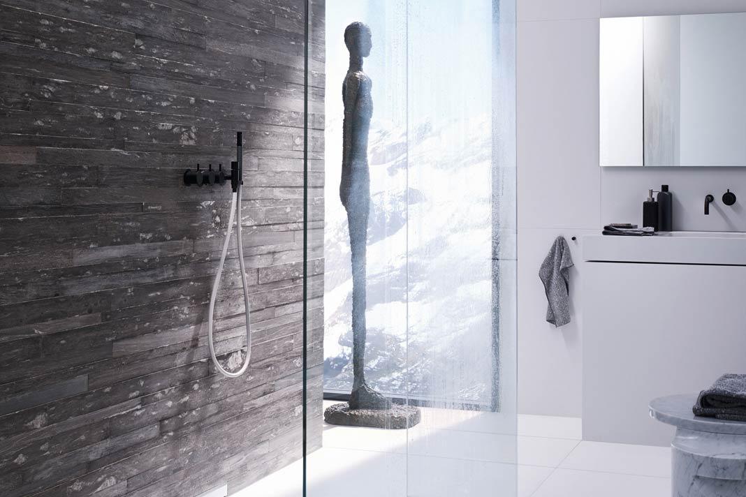Glaswände sorgen dafür, dass der Duschbereich als Teil des Gesamtraumes wahrgenommen wird.