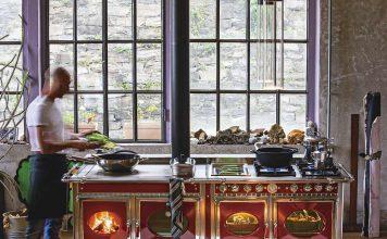 Er lässt alte Kochtechniken mit Holzbackofen und Gusseisenplatte wieder aufleben, die immer, wenn Feuer im Herd brennt, zur Verfü̈gung stehen.