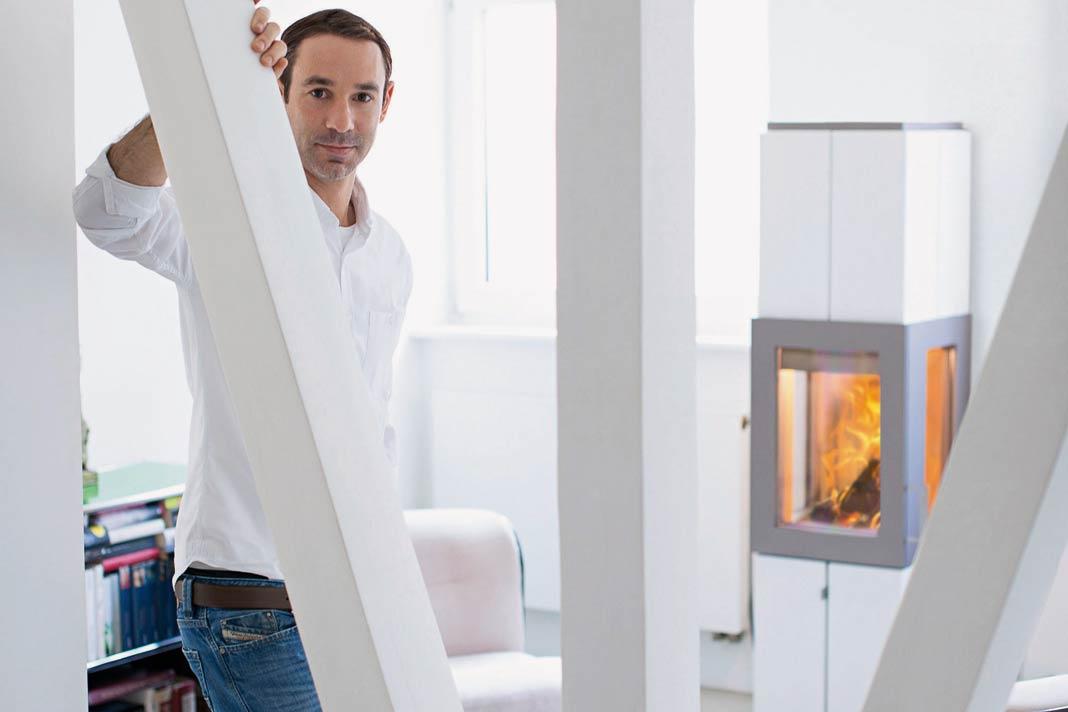 """Der designprämierte Kaminofen """"Asmara"""" erlaubt mit seinen drei Sichtfenstern den Blick auf das Flammenspiel aus drei Perspektiven."""