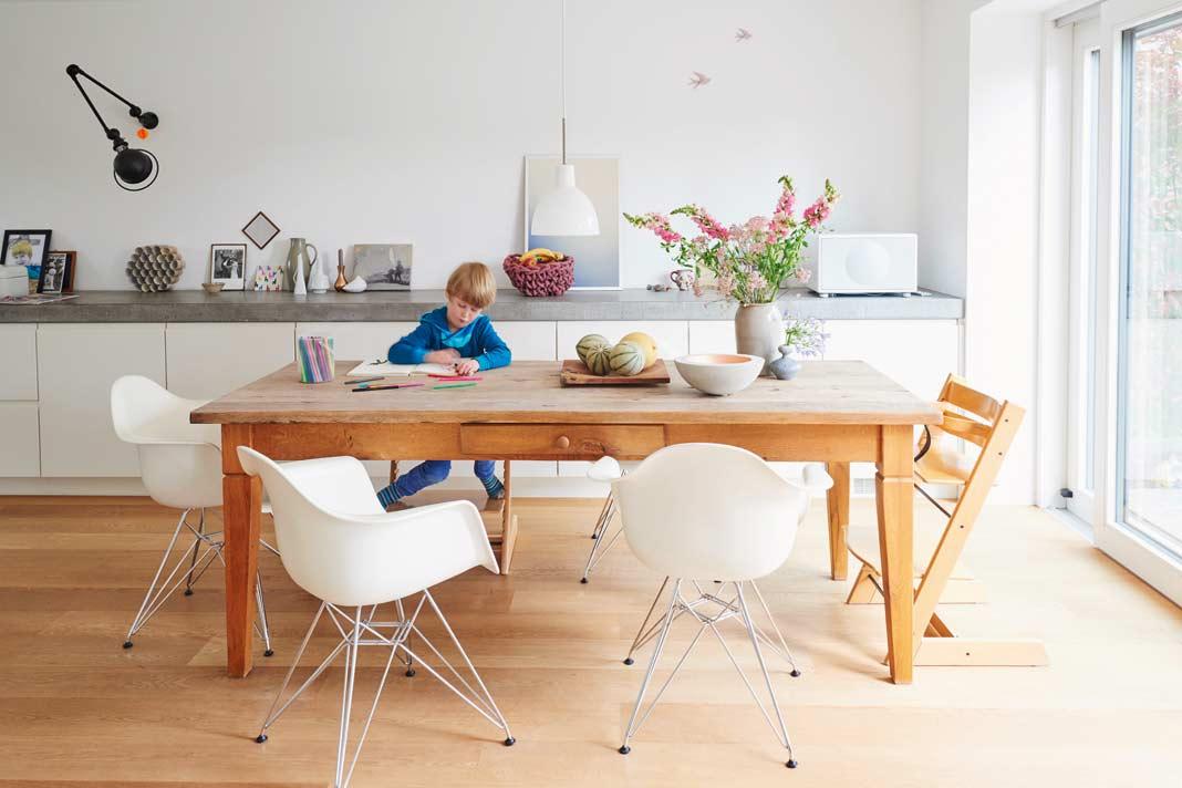 Der Esstisch zählt zu den Lieblingsplätzen der Familie.