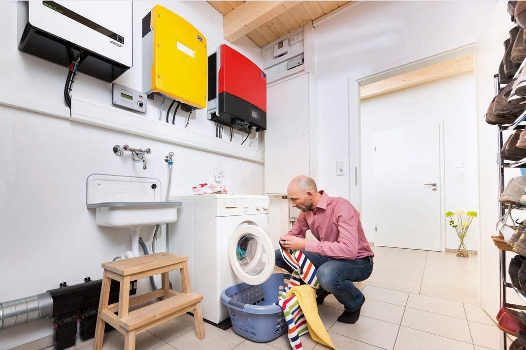 Sobald genügend Solarstrom verfügbar ist, kann die intelligente Steuerung eine befüllte Wasch- oder Spülmaschine in Gang setzen.