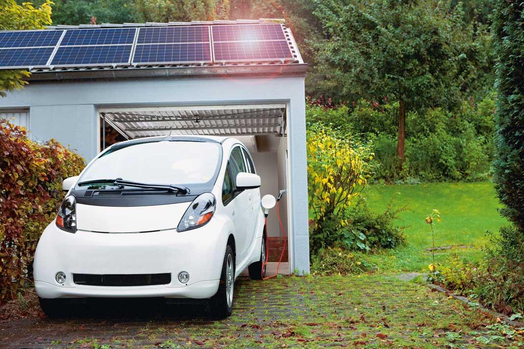 Mit Solarstrom und Speicher können auch Garagen mit Beleuchtung, einem Torantrieb und bei Bedarf auch einer Ladestation ausgestattet werden.