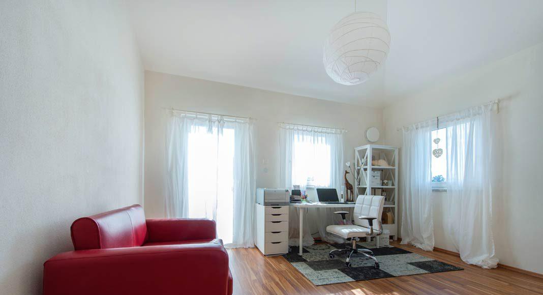 Außerdem befinden sich im Erdgeschoss ein Arbeitszimmer, das jedoch auch bequem als Gästezimmer genutzt werden kann.