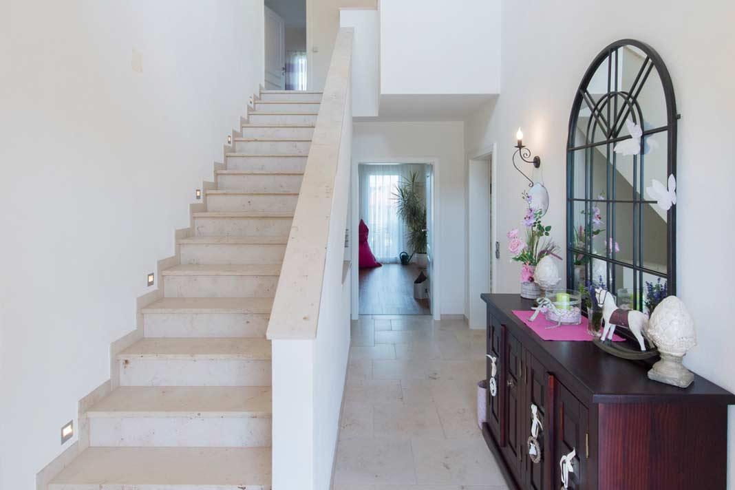 Eine einläufige Treppe führt nach oben.